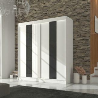 Velká bílá skříň s posuvnými dveřmi